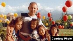 Мухтар Джакишев со своими детьми.