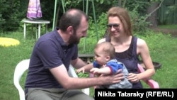 Alexander Shmelev and Svetlana Shmeleva holding their adopted child (file photo)
