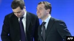 Владислав Сурков (слева) и Дмитрий Медведев