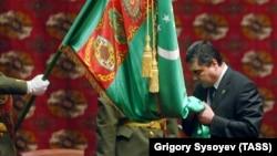 Гурбангулы Бердымухамедов во время церемонии инаугурации в феврале 2007 года. Спустя 12 лет он всё еще остается президентом Туркменистана.
