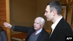 Senatorul John McCain (st) vorbind cu Vitali Klitciko, liderul Partidului UDAR la Kiev