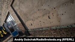 Станиця Луганська розташована за 15 кілометрів від окупованого російськими гібридними силами Луганська. У 2014–2016 роках тут відбувалися запеклі бої. Не тихо тут і зараз. Відстань між позиціями сторін від сотень метрів до кількох кілометрів. Однак, попри це, вибори президента України тут таки відбулися. На фото – вхід до виборчої дільниці у центрі містечка