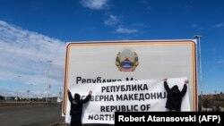 Disa punëtorë duke vendosur mbishkrimet me emrin e ri Maqedonia e Veriut. Foto nga arkivi.