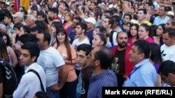 Участники акции протеста против повышения тарифов на электроэнергию. Ереван.