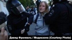 Ռուսաստան - Ոստիկանները բռնություն են գործադրում ցուցարար Դարյա Սոսնովսկայայի նկատմամբ, Մոսկվա, 10-ը օգոստոսի, 2019թ.