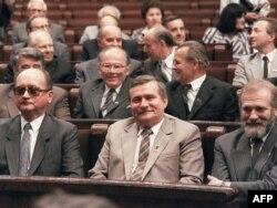 (S leva na desno) Poljski predsednik i general Vojćeh Jaruzelski, lider Solidarnosti Leh Valensa i njegov savetnik Bronislav Geremek tokom prve višestranačke sednice u 50 godina u parlamentu Poljske, Varšava, 4. jul 1989.