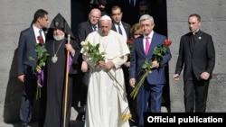Armenia - Pope Francis, President Serzh Sarkisian and Catholicos Garegin II lay flowers at the Armenian genocide memorial in Yerevan, 25Jun2016.
