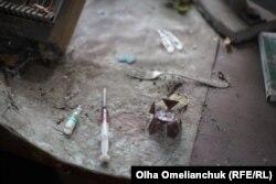 Бойовики «ДНР» залишили в одній із хат шприци з темною рідиною та ампули
