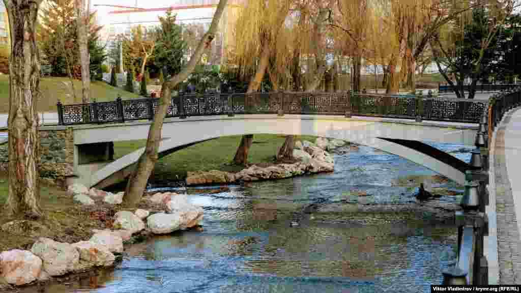 Цей міст у парку має невелику дугоподібну форму