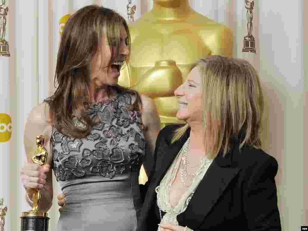 کاترین بیگلو - خانم بیگلو (چپ) در مراسم بفتا نیز همچون اسکار به شش جایزه دست یافت که برای خود یک رکورد محسوب میشود