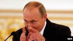 Ресей президенті Владимир Путин Рио олимпиадасы жүлдегерлері алдында сөйлеп тұр.