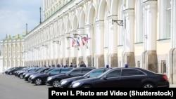 Правительственные автомобили в Кремле. Иллюстративное фото.