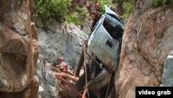 Спасатели поднимают сорвавшийся в ущелье грузовик