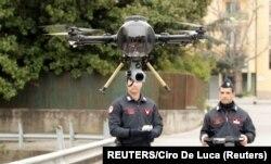 Офіцери військової поліції Італії піднімають дрон для моніторингу вулиць Неаполя, березень 2020 року