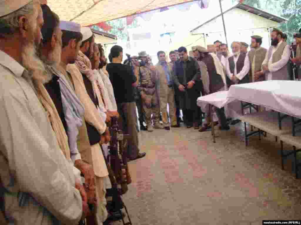 افغانستان: په ننګرهار کې د افغان دولت وسله وال مخالیفین خپله وسله پر زمکه غورځوي. ۱۸ سپتمبر ۲۰۱۲
