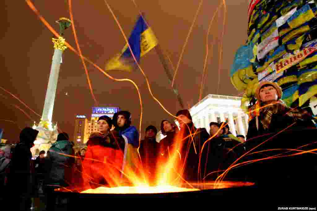 Antigovernment protesters attend a rally on Independence Squire in Kyiv on December 13. (epa/Zurab Kurtsikidze)