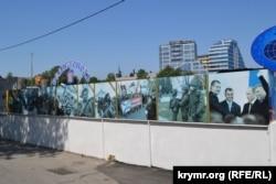 Ряд плакатов ко Дню Победы у Севастопольского дельфинария, май 2018 года
