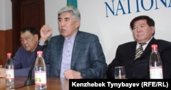 Фото с пресс-конференции. Лидеры ОСДП Балташ Турсунбаев и Жармахан Туякбай, слева от них сидит политик и поэт Мухтар Шаханов. Алматы, 30 января 2012 года.
