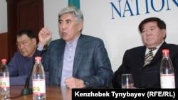 Солдан оңға: ЖСДП саяси кеңесінің мүшесі Балташ Тұрсынбаев, ЖСДП төрағасы Жармахан Тұяқбай және ақын Мұхтар Шаханов баспасөз мәслихатында. Алматы, 30 қаңтар 2012 ж.