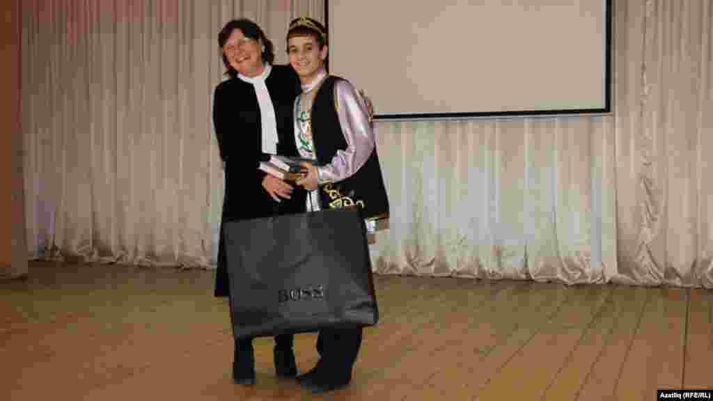 Римма Үтәшева Вадим Шәфиевны бүләкли