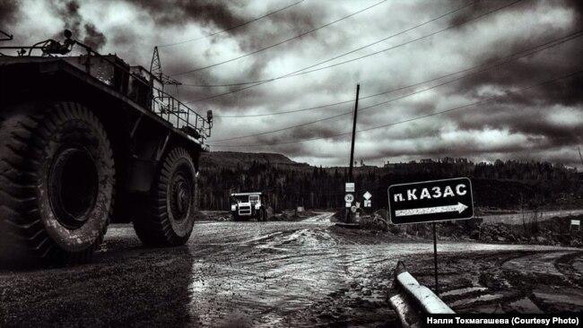 "Грузовики ""Сибуглемета"" у деревни Казас"