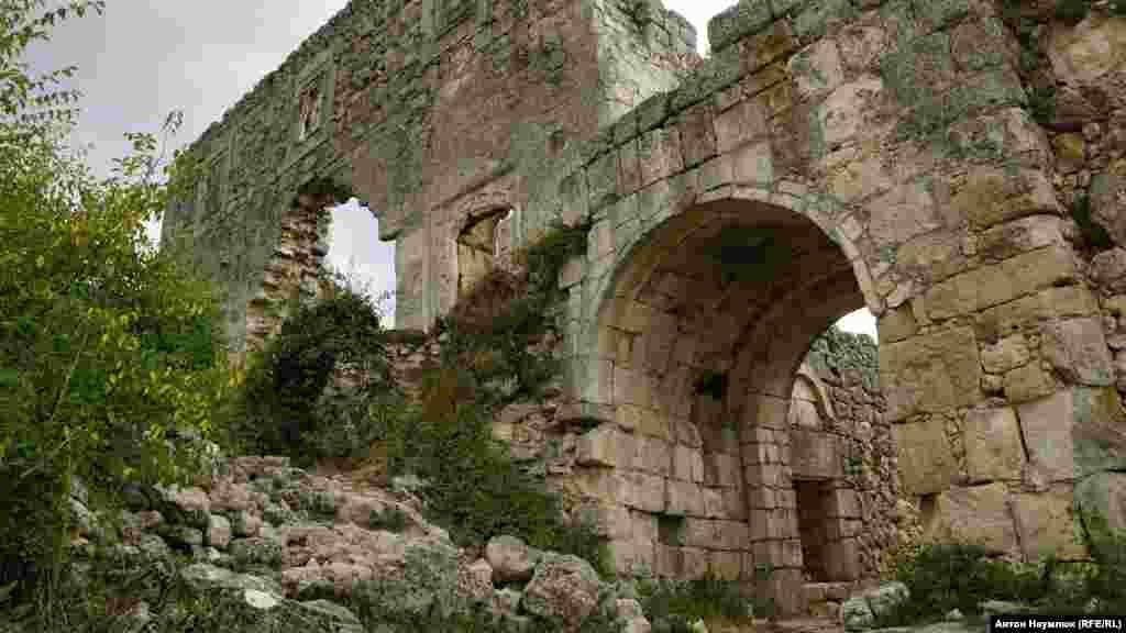 Наверху триповерхової фортеці були житлові приміщення правителя Мангупа, а внизу був арсенал, який використовували і як в'язницю