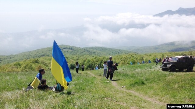 Украин әләмнәрен дә күтәргәннәр