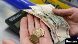 Банкнота номиналом сто рублей, монеты и банкноты номиналом десять рублей.
