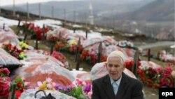 Слободан Милошевич ушел, так и не ответив за содеянное. Косовский албанец молится на могиле сына, убитого сербскими силами безопасности при проведении «зачистки» в 1999 году