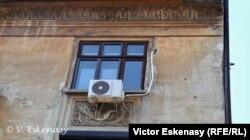 Friză Art Deco mutilată de un aparat de aer condiționat, Str. Sf. Constantin, București
