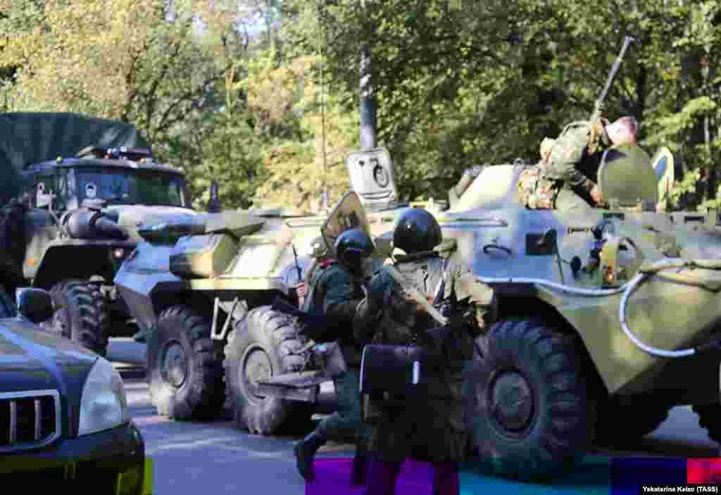 Сотрудники российских силовых органов у здания Керченского политехнического колледжа, где произошел взрыв.
