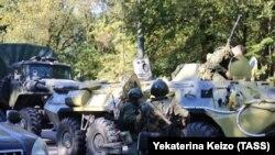 Співробітники правоохоронних органів біля будівлі Керченського політехнічного коледжу, де стався вибух