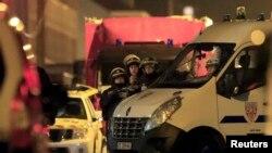 Поліція у Рубе побіля місця захоплення заручників, Франція, 25 листопада 2015 року