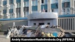 Забарикадований проросійськими сепаратистами вхід до Луганського обласного управління СБУ