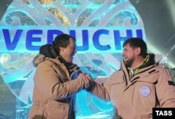 """Бизнесмен Руслан Байсаров и Рамзан Кадыров на презентации проекта """"Ведучи"""" в 2013 году"""