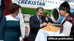Президента Узбекистана Шавката Мирзияева и его жену Зироатхон Хошимову встречают в аэропорту Бишкека. 6 сентября 2017 года.