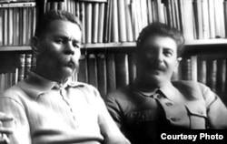 Maksim Qorki (solda) və sovet lideri İosif Stalin