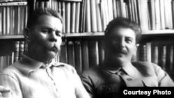 Maksim Qorki və İosif Stalin (soldan sağa)