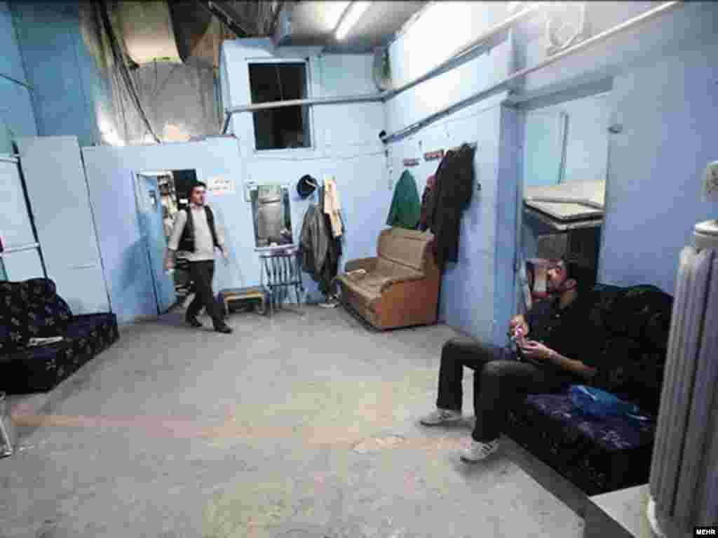 تئاتر پارس در قاب تصویر - نمایشخانه قدیمی پارس که از سالهای دور در خیابان لالهزار تهران فعالیت میکند، نهایتاً پس از یکسال تعلل در مورد مرمت آن، محکوم به تخلیه شد. (عکسها از خبرگزاری مهر/ تیرماه ۸۷)