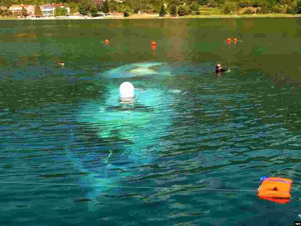 МАКЕДОНИЈА - Во Охрид беше одбележана 10-годишнината од бродската несреќа што се случи на Охридското Езеро, кога при потонувањето на бродот Илинден животот го загубија 15 бугарски туристи.