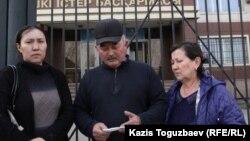 Родственники Рината Малыбекова (слева направо): его вдова Айнур Есимбекова, брат Серикжан Малыбеков со своей женой Шолпан Ертаевой перед зданием РУВД. Алматы, 1 марта 2016 года.