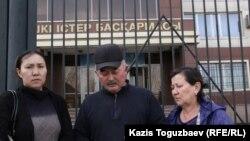 Ринаттын жакындары: агасы Серикжан Малыбеков, жубайы жана жеңеси Шолпан