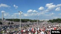 Qayta saylovni talab qilgan norozilar Minsk bosh maydonida, 16 avgust, 2020