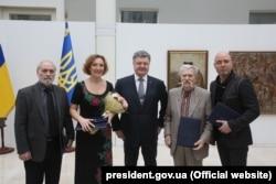Петро Порошенко з лауреатами Шевченківської премії 2016