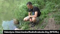 Екоактивіст Олег Гетун демонструє один із несанкціонованих стоків у річку, встановлений навпроти Рівнеоблводоканалу