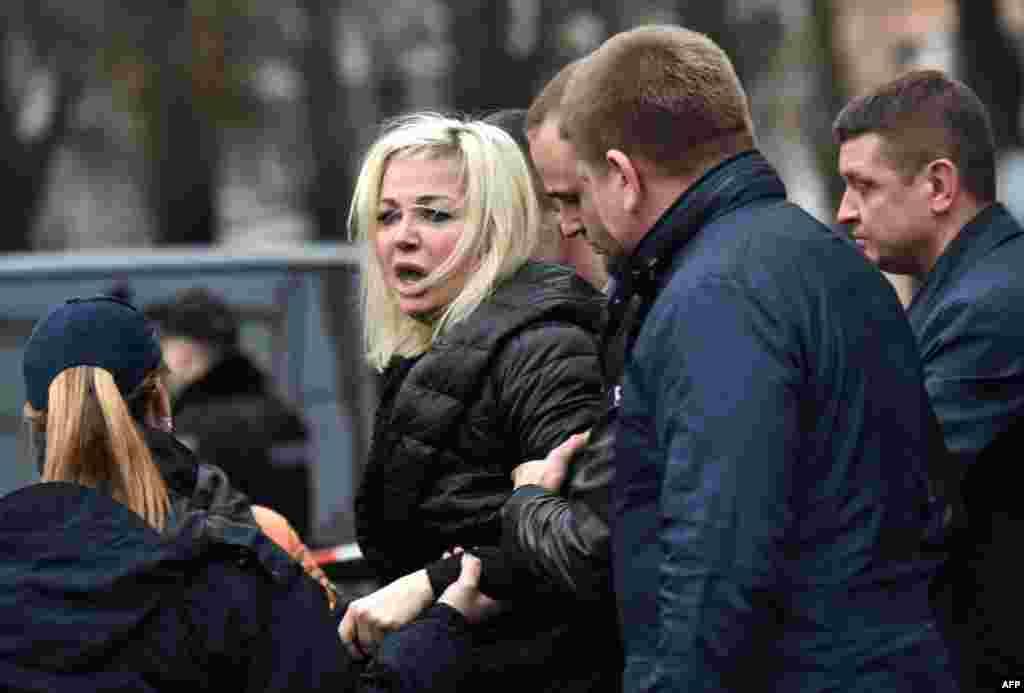 Мария Максакова покидает место убийства