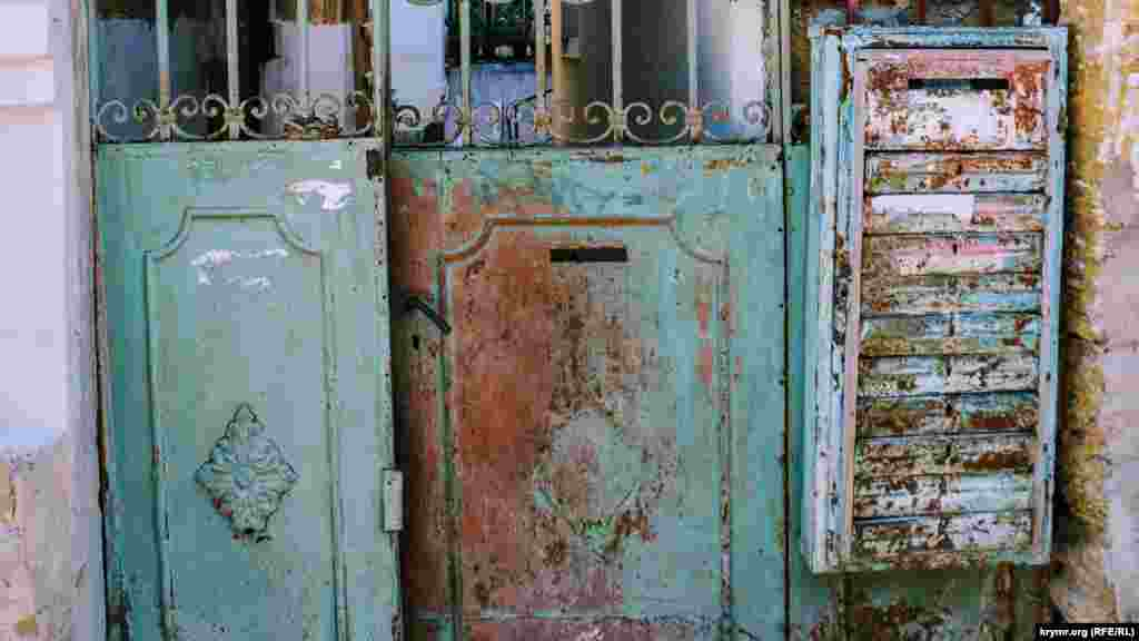 Этим воротам более ста лет, о чем свидетельствуют цифры «1910». Хозяева владения почему-то не удосужились привести их в порядок, полагая, что таким образом они привлекут больше внимания