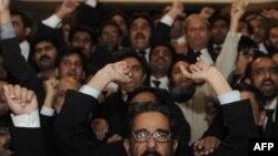 Пакистандык соттор Жогорку Соттун төрагасы Ифтикар Мохаммед Чоудринин Улуттук элдешүү жөнүндөгү декретти жокко чыгарган чечимин колдошуп, президент Зарданини отставкага кетүүгө чакырышууда. Исламабад. 16-декабрь, 2009