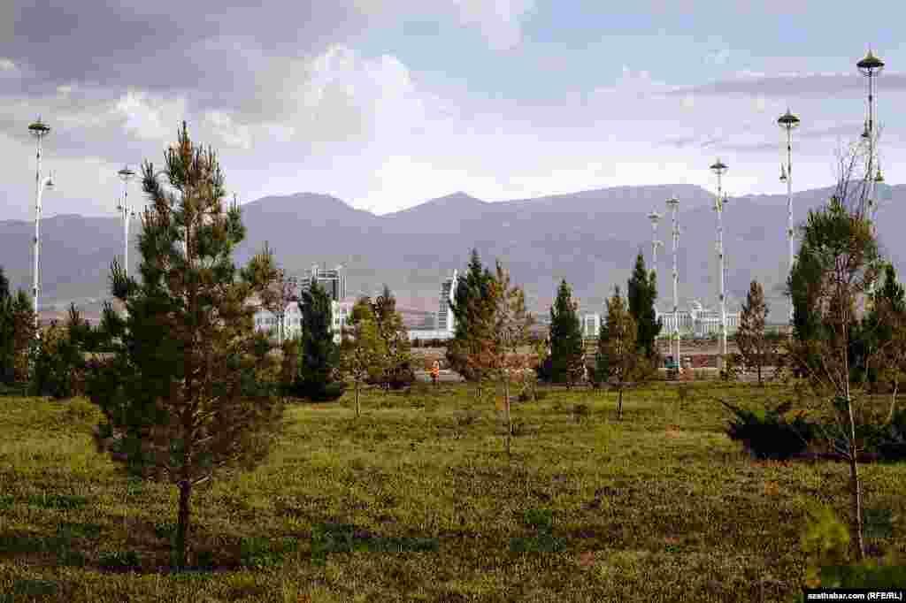 Aşgabat ösüp, ozal daş bolup görnen daglara golaýlaýar. Maý, 2013.