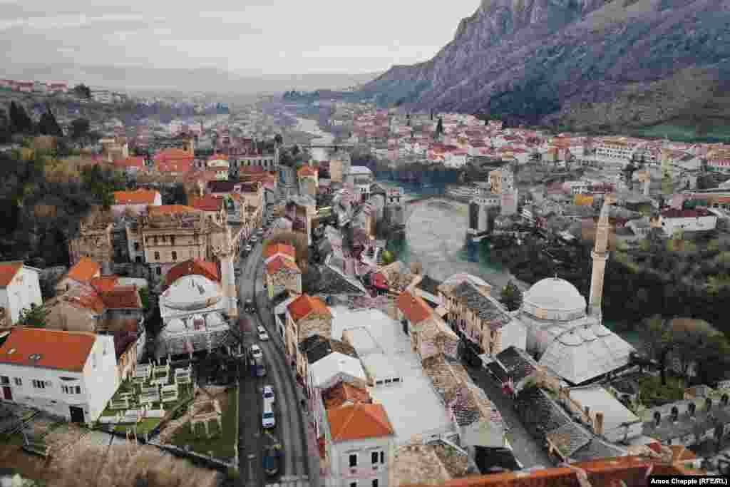 Ова е Мостар, град во јужна Босна познат по својот камен мост преку реката Неретва.
